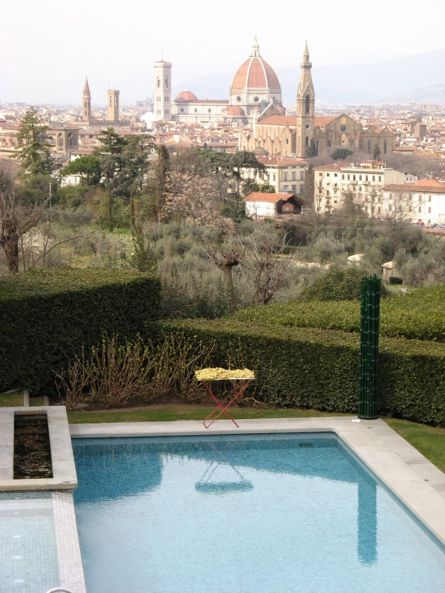 © Renate Egger and Wilhelm Roseneder. Goldene Erweiterung/Golden expansion. Street art project. Villa La Vedetta. Artour-o il must. Florence, Tuscany, Italy 2011