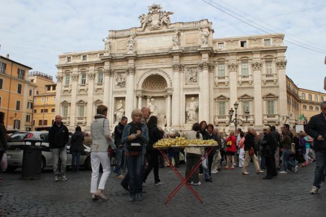 © Renate Egger and Wilhelm Roseneder. Goldene Erweiterung/Golden expansion. Street art project. Artist in Residence. Fontana di Trevi. Rome, Italy 2011