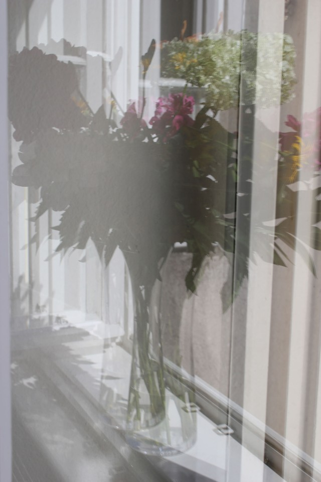 © Renate Egger. Spiegelung/Reflection. Blumenstrauß/Bunch of flowers. Installation, Fotografie/Installation, photography, 2012