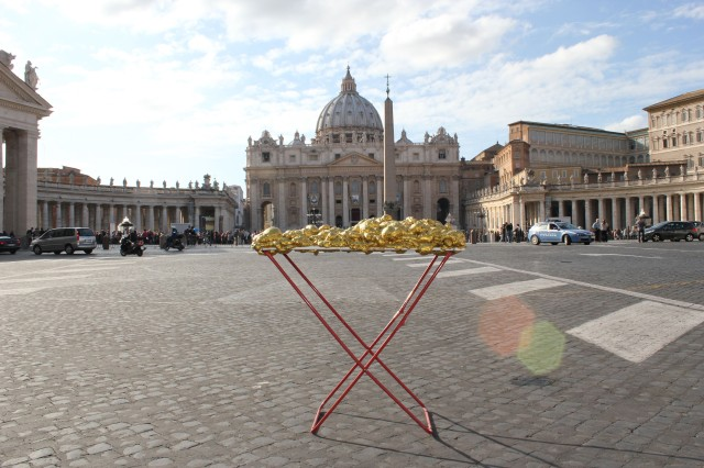 © Renate Egger and Wilhelm Roseneder. Goldene Erweiterung/Golden expansion. Street art project. Artist in Residence. Vatican. Rome, Italy 2011