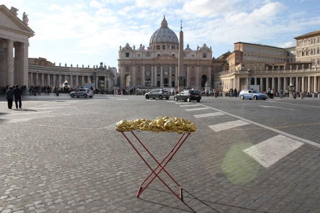 © Renate Egger and Wilhelm Roseneder. Goldene Erweiterung/Golden expansion. Street art project. Artist in Residence. Vatican. Rome, Italy 2011